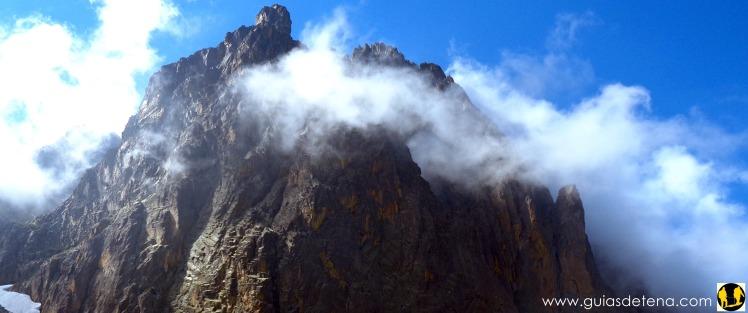 Punta de Aragón y, oculta por la niebla, la Jean Santé