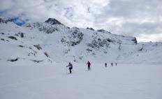 Partiendo hacia los picos de Marcadau sobre el hielo del embalse de Bachimaña