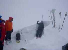 Corte de nieve para estudiar las diferentes capas del manto